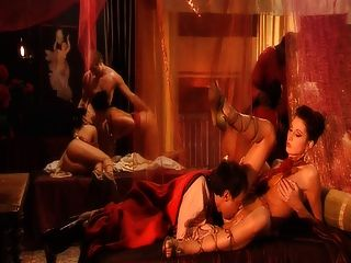 डीपी के साथ रोमन नंगा नाच दृश्य