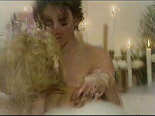 अन्ना निकोल स्मिथ - समलैंगिक स्नान दृश्य