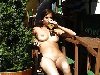 गर्म लड़की सार्वजनिक भाग 3 में नग्न घूम रहा है
