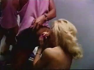 रेबेका दो लंड के साथ जंगली हो जाता है