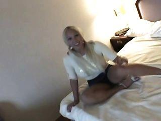 बड़े स्तन के साथ प्यारा Blondie masturbates