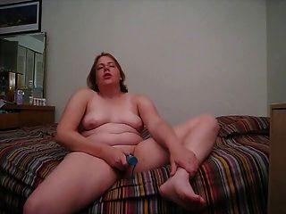 फैटी उसके बिस्तर में खेलता है