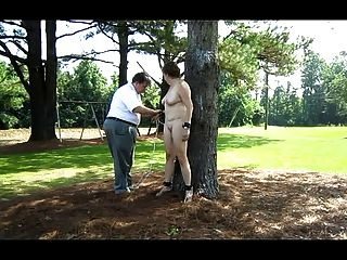 नेवा एक पेड़ से बंधा पिछवाड़े में