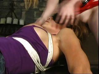 समलैंगिक चेहरे bondaged लड़की पर बैठे