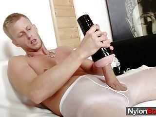डेविड नाइलन में masturbates उसे अपने pantyhose पर cums तक