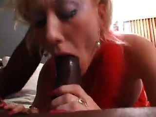 लाल लंबे नाखून के साथ Dalny Marga blowjob