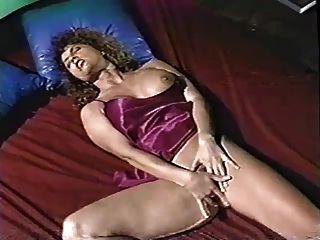 गर्म Ashlyn गेयर बिस्तर में masturbates