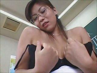 सेक्सी जापानी शिक्षक pantie सह शॉट के साथ समाप्त होता है
