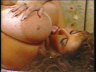 विशाल स्तन के साथ बीबीडब्ल्यू माँ