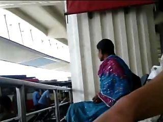 तमिल busstand में पुरुष फ्लैश मुर्गा लड़की को