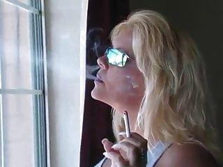 गर्म गोरा milf धूम्रपान संकलन