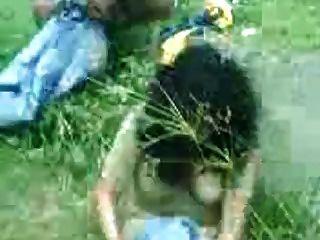 नदी के किनारे में देसी लड़की पकड़ा