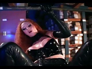 सेक्सी रेड इंडियन चमकदार काले लेटेक्स में गड़बड़ हो रही है