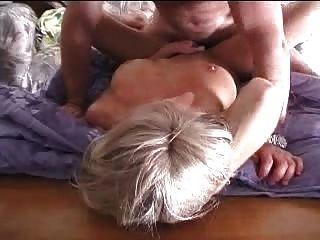 घर पर अपनी पत्नी के साथ सेक्स