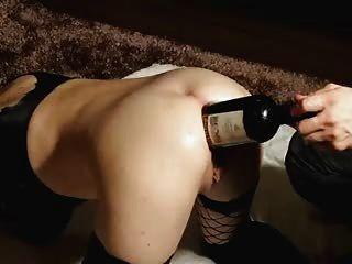 वह अच्छा शराब प्यार करता है।।उसके बड़े गधे के अंदर