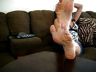 सेक्सी लातीनी महिला तलवों दिखाने