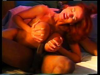 एक कठिन काला मुर्गा पर भारी स्तनों परिहास के साथ सेक्सी लड़की