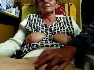 दादा उंगलियों के साथ उनकी पत्नी masturbates
