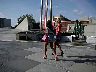 सार्वजनिक सड़क + सुनहरे बालों वाली लड़कियों में उच्च ऊँची एड़ी के जूते पर 2 गर्म लड़कियों