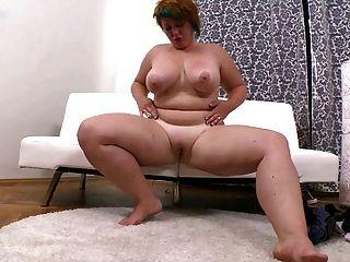 छोटे बाल के साथ वसा लड़की उसे मुंडा योनि masturbates