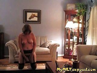 वृध्द गर्म उजागर - रेट्रो स्टॉकिंग्स खिलौना खेलने दादी