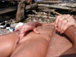 समुद्र तट पर handjob