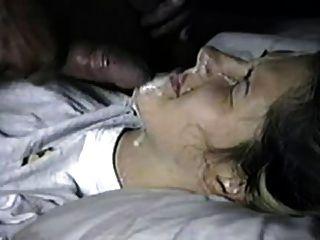 आदमी को अपनी प्रेमिका के चेहरे पर cums