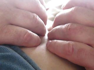 उसके स्तन और निपल्स आउटडोर छू