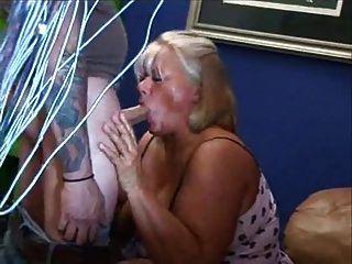 वसा परिपक्व गोरा उसके बालों बिल्ली masturbes