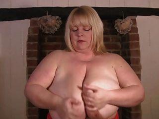 विशाल परिपक्व स्तन, ब्रिटिश बीबीडब्ल्यू खुद के साथ खेलता है