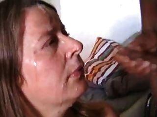 सफेद पत्नी के चेहरे पर दो मुर्गा के शुक्राणु प्राप्त