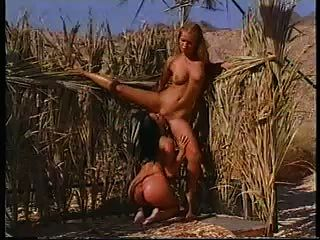 दो hotties रेगिस्तान में एक ताज़ा शॉवर ले।
