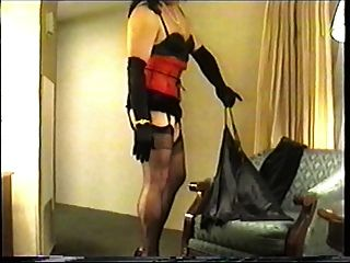 लाल corset में लिटिल मिस क्राइस्टि
