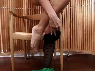 pantyhose स्ट्रिप्स और masturbates में सेक्सी milf