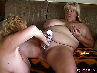 विशाल स्तनों समलैंगिक लड़कियां संभोग सुख के लिए कड़ी मेहनत pussies dildoing