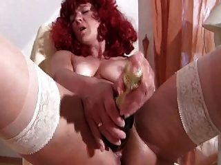 रेड इंडियन मोज़ा में परिपक्व Fucks शराब की बोतल गहरी
