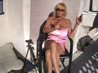 गर्म busty दादी धूम्रपान और आराम