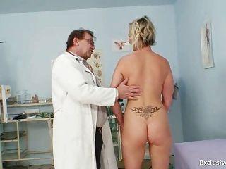 गर्म गैबरिएला gyno कार्यालय में नग्न हो रही है