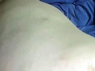 गर्म बड़े उल्लू बीबीडब्ल्यू थरथानेवाला के साथ खेलता है