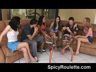 पट्टी पोकर खेल युवा शौकीनों के एक समूह