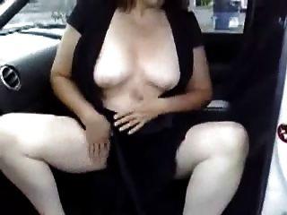 एक पार्किंग की जगह पर अपनी कार में हस्तमैथुन