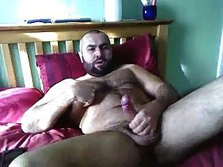 बालों वाले आदमी बिस्तर में बंद झटके