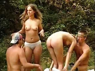 आउटडोर vierer mit 2 jungen Frauen