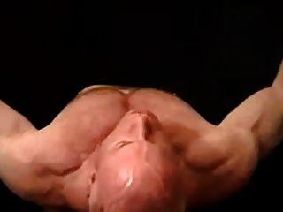 पेशी हंक टॉम प्रभु उसकी मांसपेशियों से पता चलता है और हार्ड cums