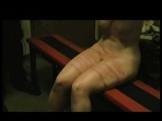 पागल पति पैर और अपनी पत्नी के स्तन सजा।