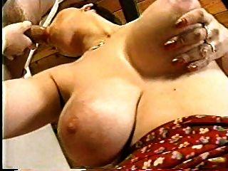 सुंदर स्तनों के साथ सींग का बना माँ
