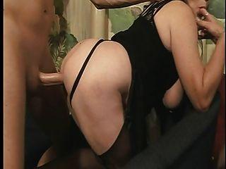 बड़े स्तन के साथ परिपक्व फूहड़ फर्श पर पीछे से गड़बड़ हो जाता है