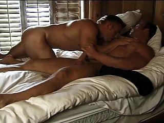 बड़े पैमाने पर मांसपेशी लोभी boners के साथ उग्र मुठभेड़