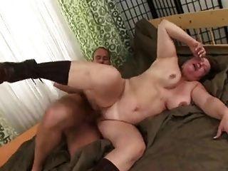रूसी माँ बकवास करने के लिए युवक को प्यार करता है