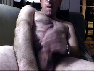 गर्म पिता सोफे पर wanking